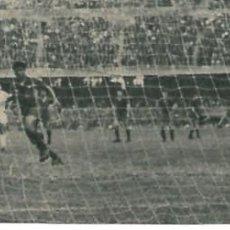 Coleccionismo deportivo: ELCHE CF: RECORTE DE PAZOS BATIDO DE PENALTI EN EL CAMP NOU 1963. Lote 288105073