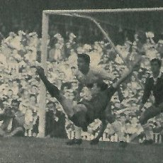 Coleccionismo deportivo: ELCHE CF: RECORTE DE LA META FRANJIVERDE PASANDO APUROS. 1963. Lote 288105148