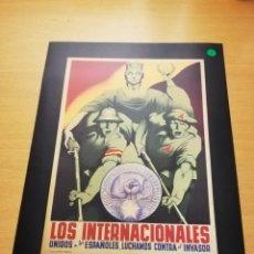 Carteles Guerra Civil: LOS INTERNACIONALES UNIDOS A LOS ESPAÑOLES LUCHAMOS CONTRA EL INVASOR (PARRILLA, 1937). Lote 147725766