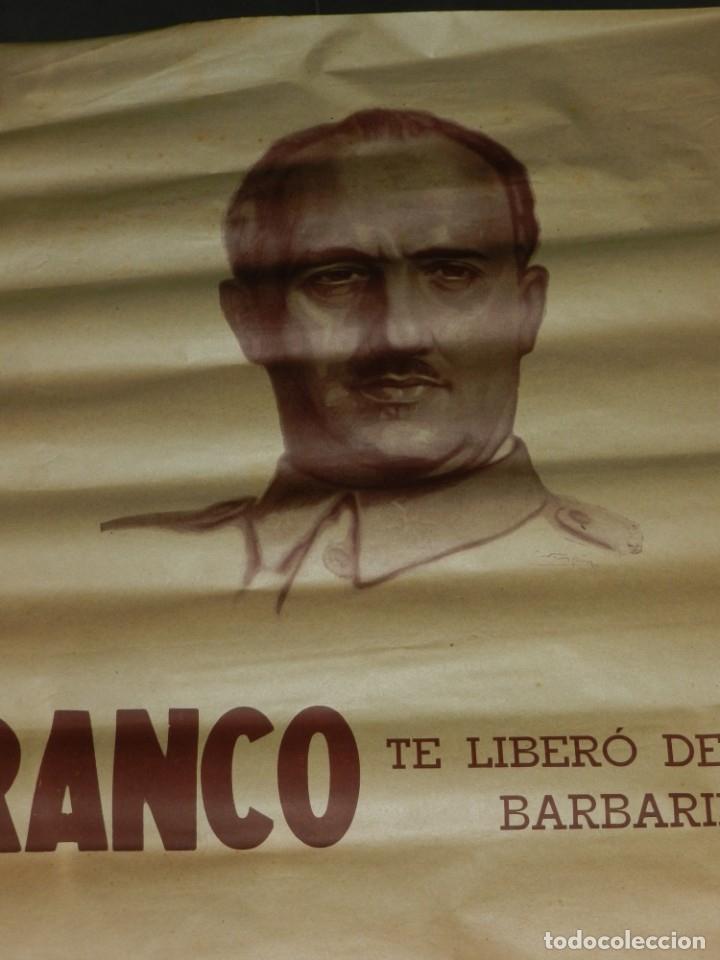 Carteles Guerra Civil: (M) CARTEL GUERRA CIVIL FRANCO TE LIBERO DE LOS BARBARIE ROJA, ORIGINAL DE EPOCA - Foto 2 - 183268976