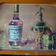 Carteles: BONITA BANDEJA DE LOS AÑOS 70 HENNESSY COGNAC 40X29 COMO NUEVA. Lote 26447068