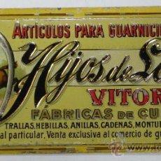 Carteles: ANTIGUA CHAPA DE HOJALATA LITOGRAFIADA CON PUBLICIDAD DE ARTICULOS PARA GUARNICIONEROS.FABRICA DE CU. Lote 31408300