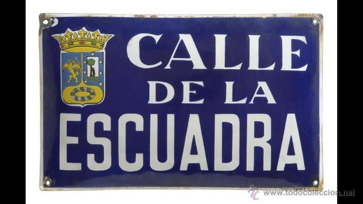 CHAPA ESMALTADA CALLE DE LA ESCUADRA, MADRID. AÑOS 50 PLÚRIMA BARCELONA (Coleccionismo - Carteles y Chapas Esmaltadas y Litografiadas)