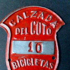 Carteles: CHAPA MATRICULA BICICLETAS,AÑO 1958 DE CALZADA DEL COTO (6,5CMS X 5CMS). Lote 48491262