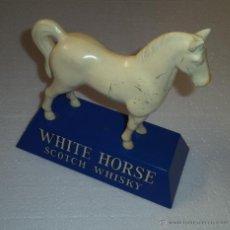Carteles: MASCOTA DE WHITE HORSE,CABALLO BLANCO,AÑOS 60,BUEN ESTADO,ES EL CABALLO DE LAS FOTOS. Lote 50549860