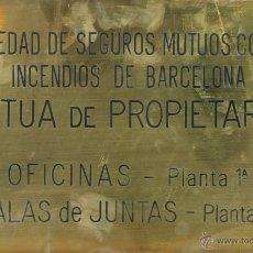 Carteles: PLACA DE SOCIEDAD DE SEGUROS MUTUOS CONTRA INCENDIOS DE BARCELONA. LATON. SIGLO XX. . Lote 55075473