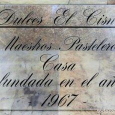Carteles: CARTEL PUBLICITARIO - METACRILATO - DULCES EL CISNE - MAESTROS PASTELETOS - FUNDADA EN 1967. Lote 62317752