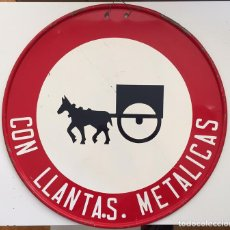 Carteles: ANTIGUA Y PRECIOSA CHAPA SEÑAL - PROHIBIDO ENTRADA CARRUAJES CON LLANTAS METALICAS - 1967 - SALUDES . Lote 66045694