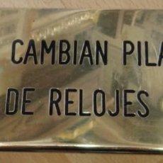 Carteles: ANTIGUA CHAPA DE RELOJERO, SE CAMBIAN PILAS DE RELOJES,20X9 CMS. Lote 74870487