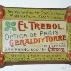Carteles: BANDEJITA DE HOJALATA LITOGRAFIADA OPTICA DE PARIS, FARMACIA AÑOS 20, CON PUBLICIDAD DE EL TREBOL, O. Lote 75247567