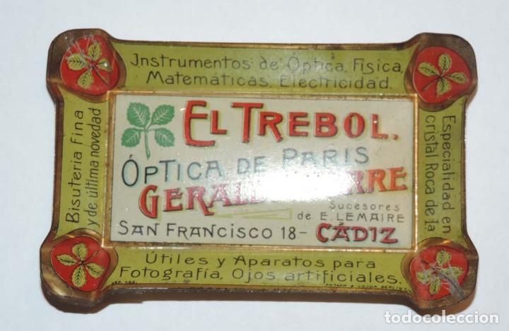 Carteles: BANDEJITA DE HOJALATA LITOGRAFIADA OPTICA DE PARIS, FARMACIA AÑOS 20, CON PUBLICIDAD DE EL TREBOL, O - Foto 2 - 75247567