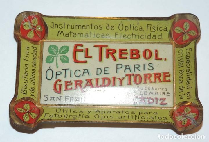 Carteles: BANDEJITA DE HOJALATA LITOGRAFIADA OPTICA DE PARIS, FARMACIA AÑOS 20, CON PUBLICIDAD DE EL TREBOL, O - Foto 3 - 75247567