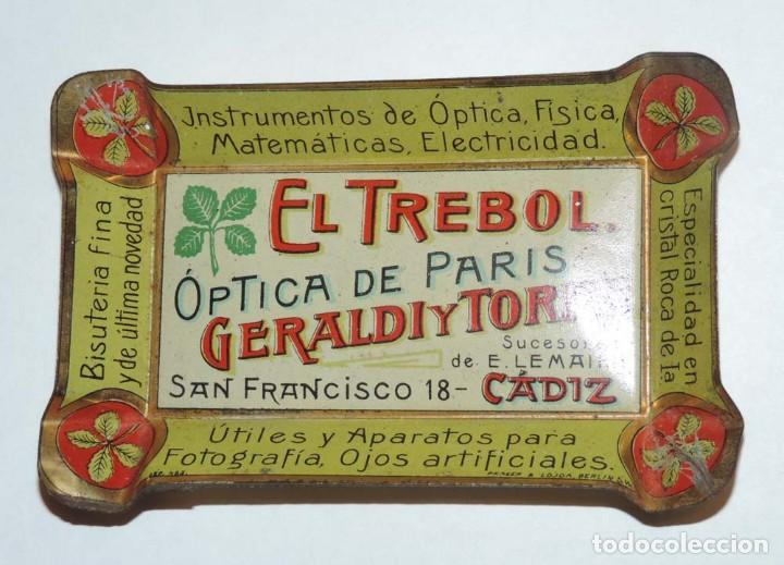 Carteles: BANDEJITA DE HOJALATA LITOGRAFIADA OPTICA DE PARIS, FARMACIA AÑOS 20, CON PUBLICIDAD DE EL TREBOL, O - Foto 4 - 75247567
