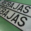 Carteles: CURIOSA PAREJA CARTEL REBAJAS PLACA MATRICULA VINTAGE ALUMINIO TROQUELADO COLECCION VINTAGE. Lote 76440651