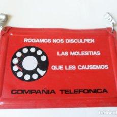 Carteles: CURIOSO CARTEL DE CHAPA PARA COLGAR DE LA COMPAÑIA TELEFONICA DE DISCULPEN LAS MOLESTIAS. VINTAGE. Lote 83895576