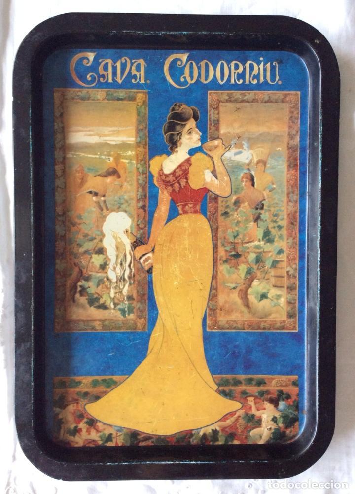 BONITA BANDEJA DE CHAPA CON PUBLICIDAD DE CAVA CODORNIU (Coleccionismo - Carteles y Chapas Esmaltadas y Litografiadas)