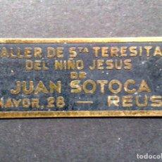 Carteles: CHAPA ANTIGUA-TALLER DE STA.TERESITA DEL NIÑO JESUS,DE JUAN SOTOCA-REUS (5 X 2CMS.). Lote 252095350