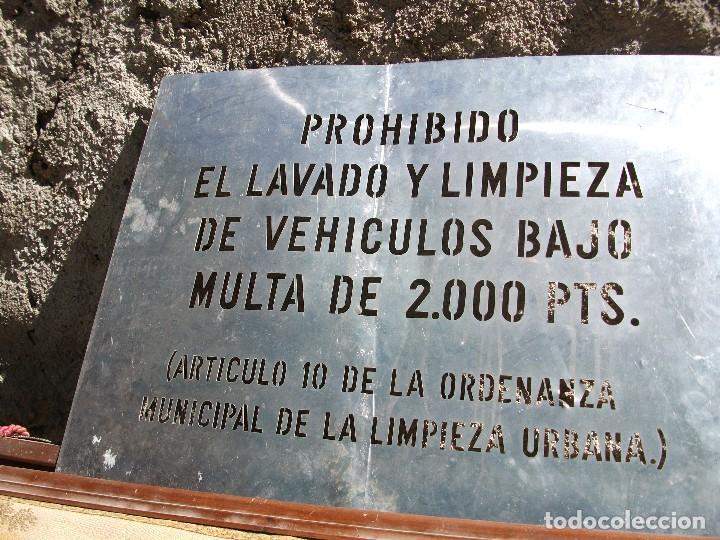 Carteles: Cartel acero inoxidable letras caladas Prohibido lavar coches multa 2200 pesetas medida 66 X 50 cm. - Foto 2 - 100254427