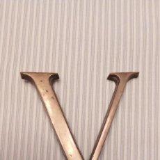 Carteles: LETRA V - INICIAL DE METAL - 6,30 CM ALTO - AÑOS 70. Lote 115030079