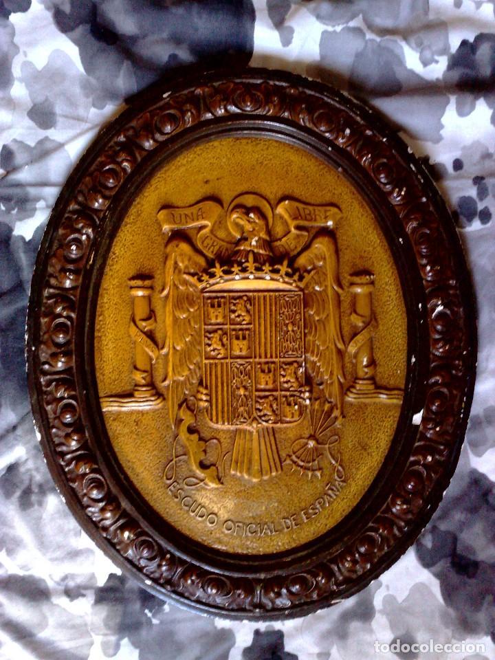 ORIGINAL ESCUDO OFICIAL DE ESPAÑA,REALIZADO EN ESCAYOLA POLICROMADO,UNA-GRANDE-LIBRE,ÉPOCA FRANCO. (Coleccionismo - Carteles y Chapas Esmaltadas y Litografiadas)