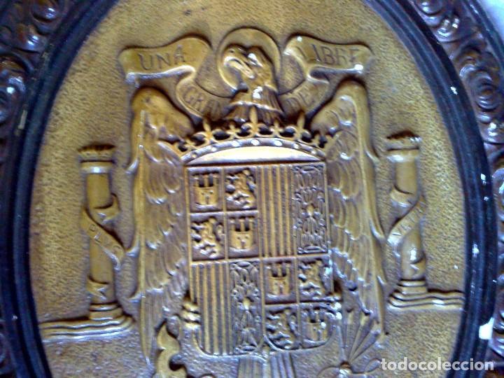 Carteles: ORIGINAL ESCUDO OFICIAL DE ESPAÑA,REALIZADO EN ESCAYOLA POLICROMADO,UNA-GRANDE-LIBRE,ÉPOCA FRANCO. - Foto 3 - 115566747