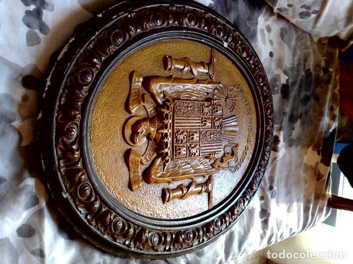 Carteles: ORIGINAL ESCUDO OFICIAL DE ESPAÑA,REALIZADO EN ESCAYOLA POLICROMADO,UNA-GRANDE-LIBRE,ÉPOCA FRANCO. - Foto 4 - 115566747