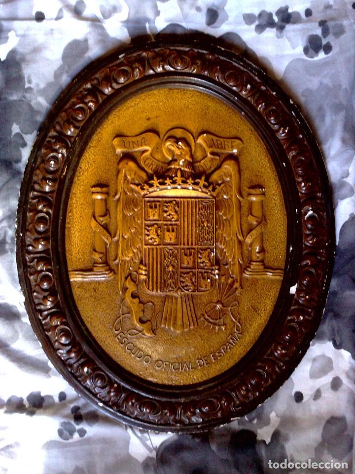 Carteles: ORIGINAL ESCUDO OFICIAL DE ESPAÑA,REALIZADO EN ESCAYOLA POLICROMADO,UNA-GRANDE-LIBRE,ÉPOCA FRANCO. - Foto 6 - 115566747