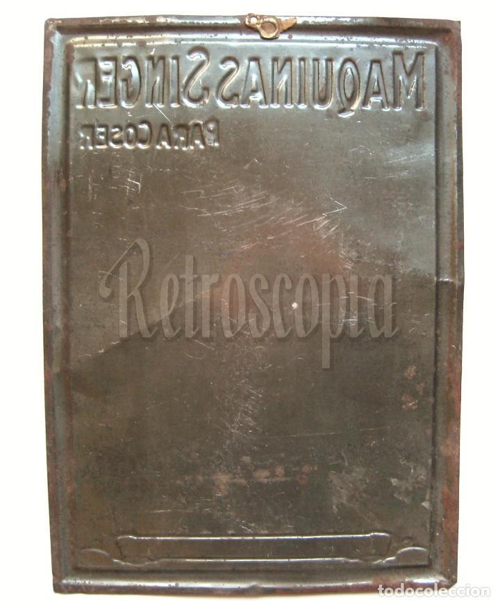 Carteles: CHAPA PLACA CARTEL EN RELIEVE PUBLICIDAD MAQUINAS DE COSER SINGER. G. DE ANDREIS. AÑOS 20 - 30 - Foto 2 - 117777115