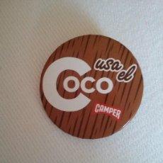 Carteles: CHAPA CON AGUJA PARA COLGAR CAMPER. LEMA USA EL COCO.. Lote 120672007