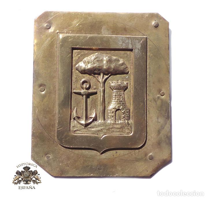 CHAPA ESCUDO DE HUELVA 11,5 X 9,5 CM (Coleccionismo - Carteles y Chapas Esmaltadas y Litografiadas)