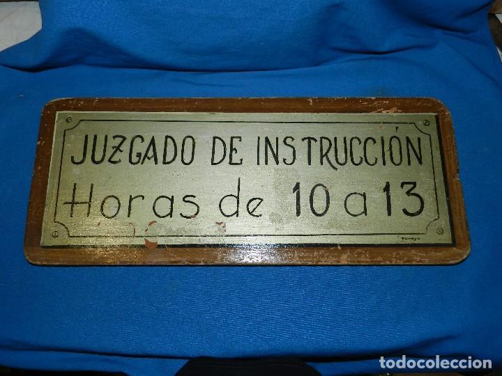 (M) PLACA DE MADERA ANTIGUA - JUZGADO DE INSTRUCCION , HORAS DE 10 A 13 , PINTURA ORIGINAL DE TAMAYO (Coleccionismo - Carteles y Chapas Esmaltadas y Litografiadas)