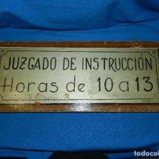 Carteles: (M) PLACA DE MADERA ANTIGUA - JUZGADO DE INSTRUCCION , HORAS DE 10 A 13 , PINTURA ORIGINAL DE TAMAYO. Lote 128456359
