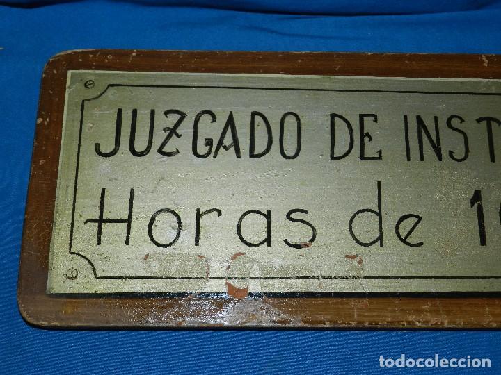 Carteles: (M) PLACA DE MADERA ANTIGUA - JUZGADO DE INSTRUCCION , HORAS DE 10 A 13 , PINTURA ORIGINAL DE TAMAYO - Foto 2 - 128456359