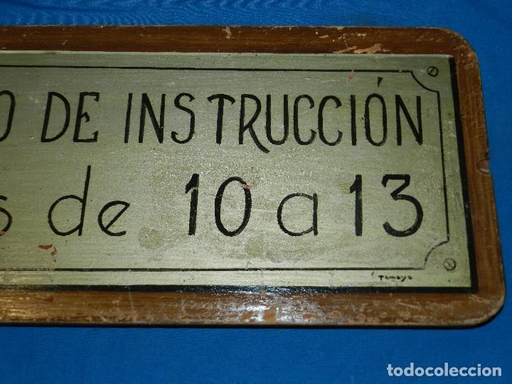 Carteles: (M) PLACA DE MADERA ANTIGUA - JUZGADO DE INSTRUCCION , HORAS DE 10 A 13 , PINTURA ORIGINAL DE TAMAYO - Foto 3 - 128456359