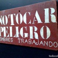 Carteles: CARTEL DE MADERA MACIZA,TEXTO,NO TOCAR-PELIGRO-HOMBRES TRABAJANDO (26,5 X14 X 0,8CM) DESCRIPCIÓN. Lote 128806435