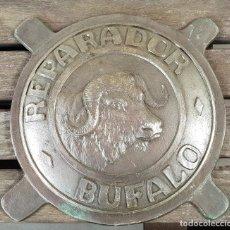 Carteles: ANTIGUO CARTEL PUBLICITARIO DE HIERRO REPARADOR - BUFALO -. Lote 136603178