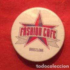 Carteles: AGUJA CHAPA FASHION CAFE BARCELONA EL LOCAL DE MODA DE LOS AÑOS 90. Lote 136629642