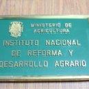Carteles: CARTEL O PLACA ORIGINAL DEL MINISTERIO DE AGRICULTURA CON EL ESCUDO DEL AGUILA ÉPOCA FRANQUISTA.. Lote 138869698