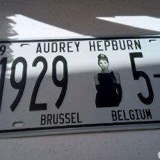 Carteles: PLACA, CHAPA METALICA, AUDREY HEPBURN, BRUSSEL BELGIUM, 30 X 15 CM. Lote 138940256