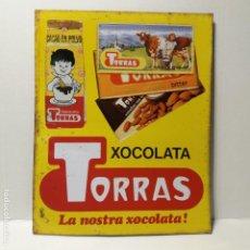 Carteles: CHAPA LITOGRAFIADA CHOCOLATES TORRAS. AÑOS 70 / 80. MEDIDAS 46CM X 37CM. ORIGINAL, NO REPRODUCCIÓN. . Lote 151452734
