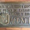 Carteles: CARTEL BRONCE CAJA DE AHORROS Y MONTE DE PIEDAD DE ZARAGOZA, ARAGON Y RIOJA .AGENCIA. Lote 149359822