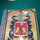 Carteles: PLACA DE LATON CON ESCUDO Y APELLIDO. Lote 160820173