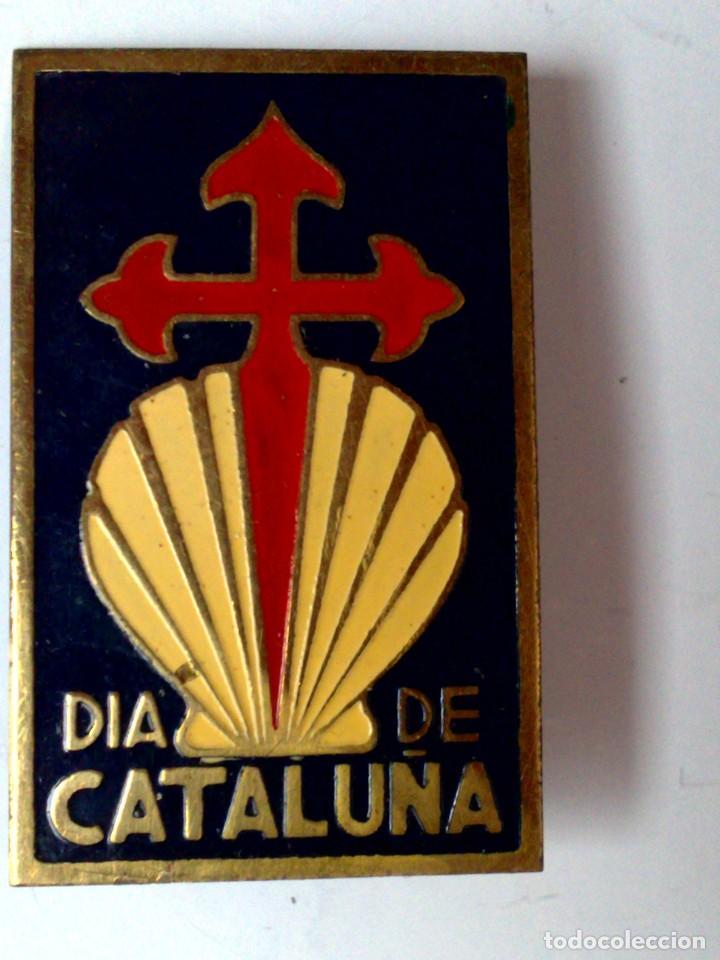 INSIGNIA DE METAL ESMALTADO DE AGUJA,DIA DE CATALUÑA,LOGO CONCHA Y CRUZ DE SANTIAGO (4,3CM. X 2,5CM. (Coleccionismo - Carteles y Chapas Esmaltadas y Litografiadas)