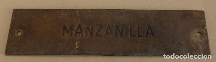 ANTIQUISIMA CHAPA DE BODEGA CON LEYENDA MANZANILLA, 12X3 CMS (Coleccionismo - Carteles y Chapas Esmaltadas y Litografiadas)
