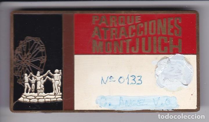 ANTIGUA CHAPA DEL PARQUE DE ATRACCIONES DE MONTJUICH - GANCHOS DETRÁS. (MUY RARA) 8,9CM X 4,8CM (Coleccionismo - Carteles y Chapas Esmaltadas y Litografiadas)
