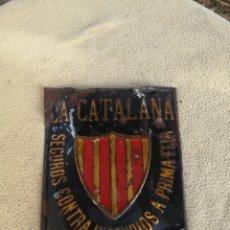 Carteles: ANTIGUA PLACA DE CHAPA LA CATALANA SEGUROS CONTRA INCENDIOS. Lote 176200618