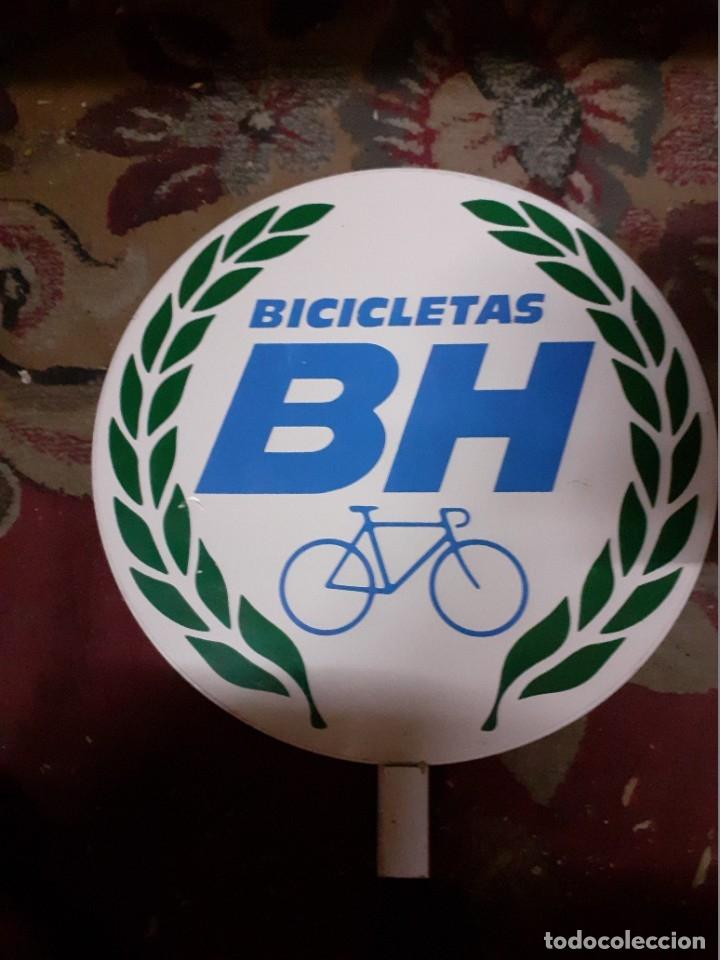 Carteles: Placa publicidad metálica.Bicicletas B H.Reclamo publicitario años 70. - Foto 2 - 177828614