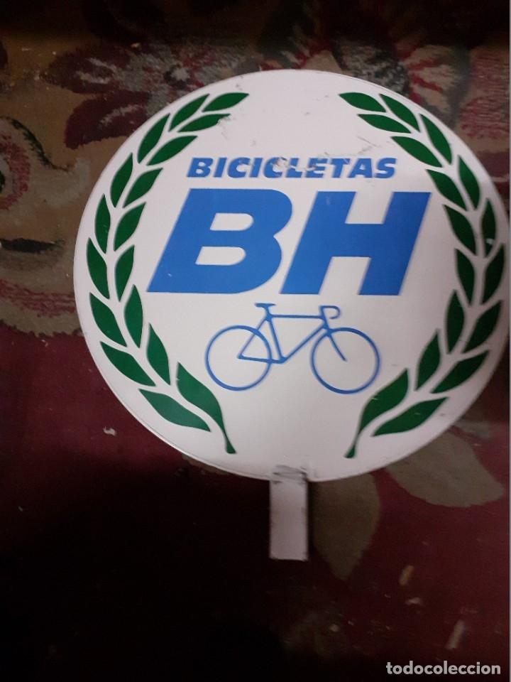 Carteles: Placa publicidad metálica.Bicicletas B H.Reclamo publicitario años 70. - Foto 3 - 177828614