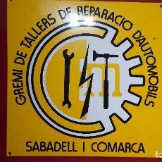 Carteles: CARTEL CHAPA LITOGRAFIADA CON IMAGEN LOGO GREMIO TALLERES DE REPARACION DE AUTOMOVILES DE SABADELL. Lote 178331143