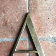 Affiches: LETRA A - ANTIGUA DE BRONCE - GRAN TAMAÑO - BONITA TIPOGRAFÍA - CARTEL, LETRAS DE HIERRO, METAL. Lote 180445288